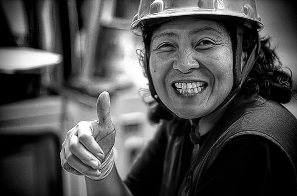 어머님이 활짝 웃고 있는 흑백 사진