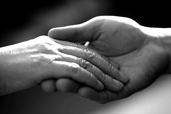 두손을 맞잡고 있는 흑백 사진