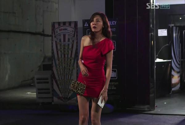 김하늘이 신사의 품격에서 핸드폰 들고있는 모습
