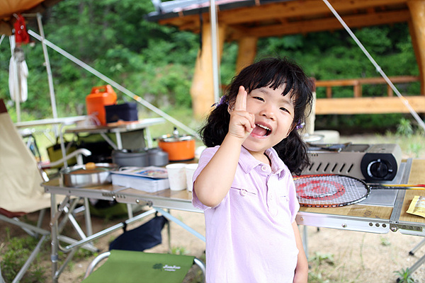 여자 아이가 웃고 있는 사진