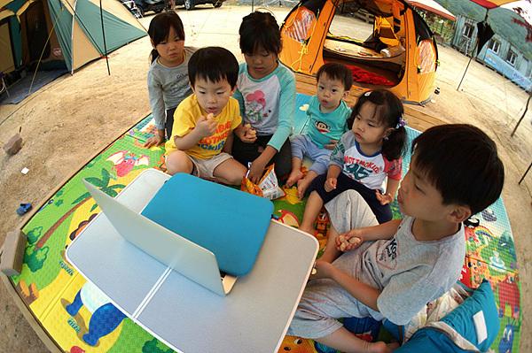 아이들이 노트북에 집중하는 모습