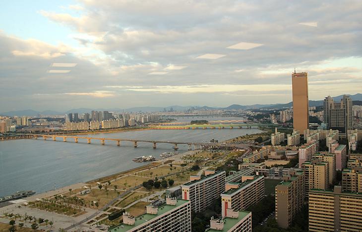 LG트윈타워에서 본 서울 전경 사진으로 높이 솟아있는 63빌딩이 보이고 좌측에 한강이 펼쳐져있다.