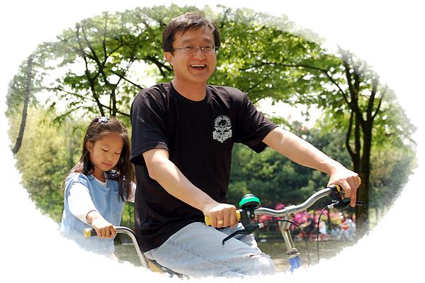 이상학 팀장님과 어린아이가 자전거 타고있는 모습