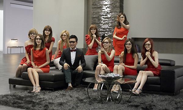 걸그룹 소녀시대와 아나운서 김성주씨가 3D 안경을 끼고 있는 모습