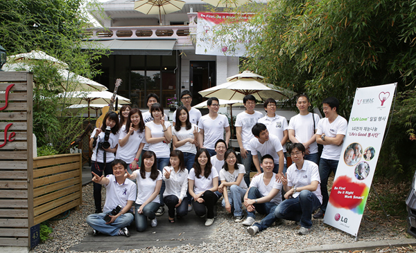 2012년 6월 탄자니아 아동 돕기 일일카페 'Cafe LOVE' 단체 기념 사진