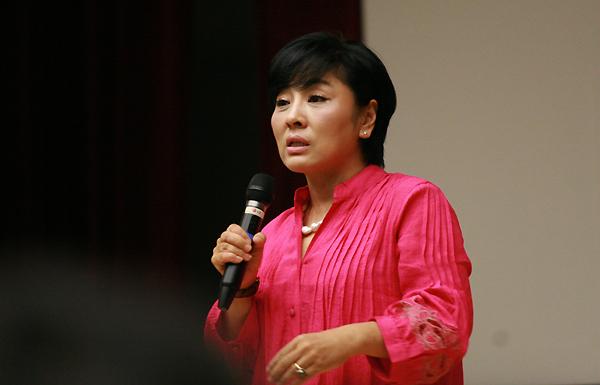 유인경 기자의 세미나 하는 모습