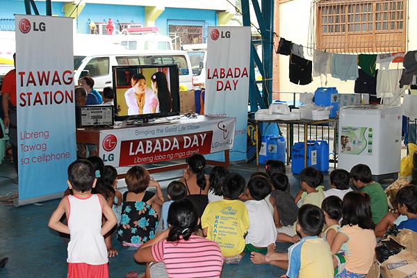 TV를 시청하는 아이들의 모습