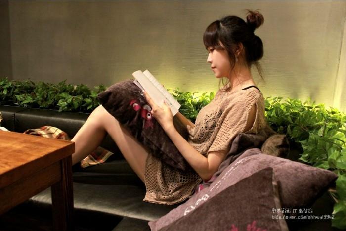 책을 읽고있는 성인 여자의 모습