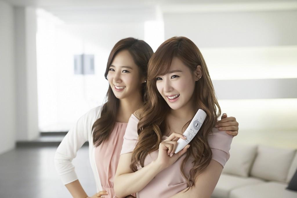 소녀시대 유리와 티파니가 스마트리모콘을 들고 미소를 짓고있다