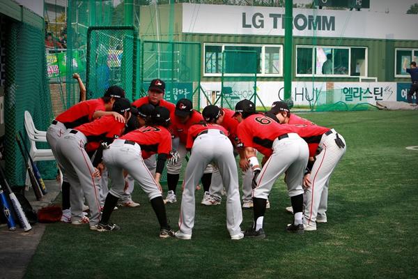 야구 경기전 팀원들의 화이팅 하는 모습