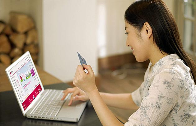 노트북을 이용하고 있는 성인 여자의 모습