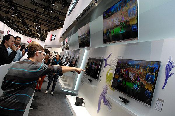 LG 시네마 3D Smart TV 체험 하는 모습