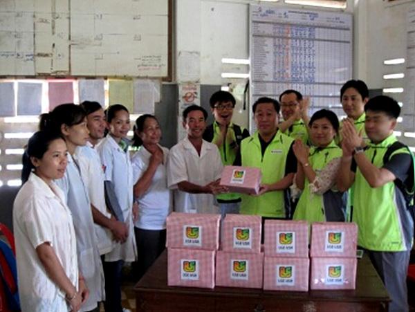 캄보디아 의사와 간호사와 LG 블로거들의 사진