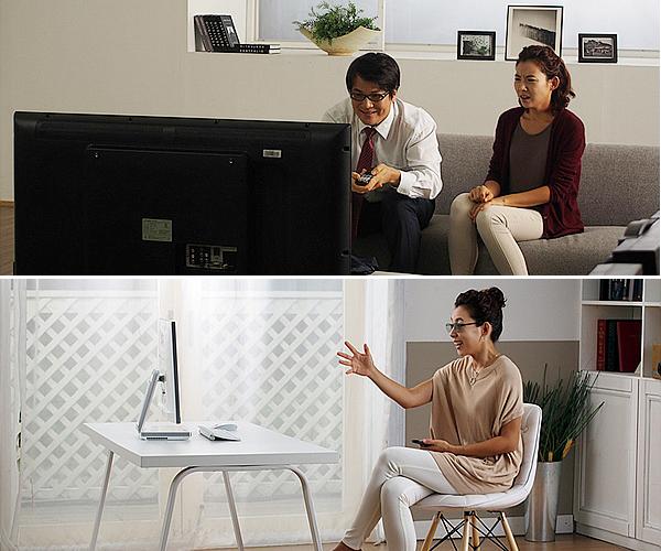 성인 남자와 성인 여자가 TV를 보고 있는 모습