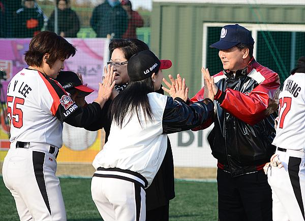 김을동 한국여자야구연맹 회장과 구본준 LG전자 부회장이 우승한 블랙펄스 선수들의 우승을 축하하며 하이파이브 하는 모습
