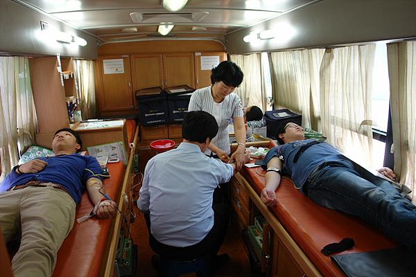 헌혈하는 모습