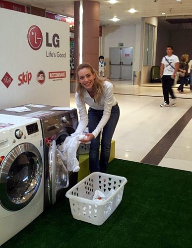 트롬세탁기 체험중인 외국인의 모습