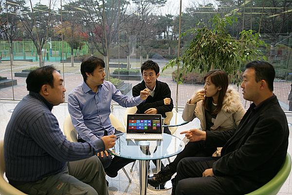 H160에 대해 세명의 블로거가 제품 개발을 담당한 LG전자의 디자이너 두 분을 모시고 이야기를 나누고 있는 모습
