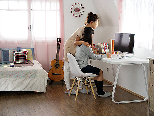 여자 학생과 성인 여자가 컴퓨터 앞에 있는 모습