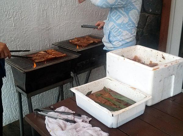 고기를 굽고있는 사진