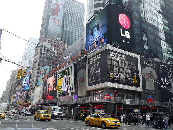 뉴욕 타임스퀘어에 위치한 풀 LED LG 전자 전광판