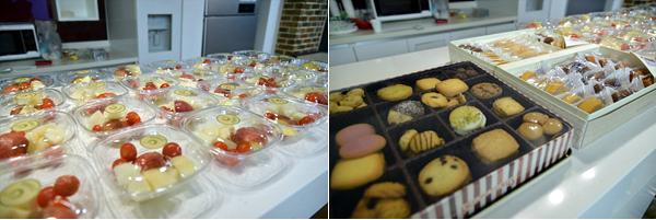 발대식에서 더블로거들에게 준비된 핑거푸드들의 사진 두장이다. 왼쪽으로는 과일들이 먹기좋게 포장되어있고, 오른쪽에는 쿠키와 포장된 간식들이 놓여있다.