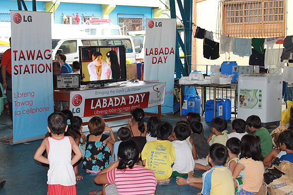 LG TV를 보고있는 필리핀 아이들