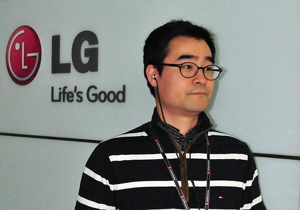 쿼드비트 이어폰을 끼고 있는 개발자 나용혁 주임