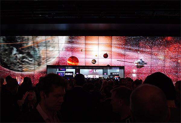 LG전자 부스의 3D Wall을 구경하는 수많은 사람들