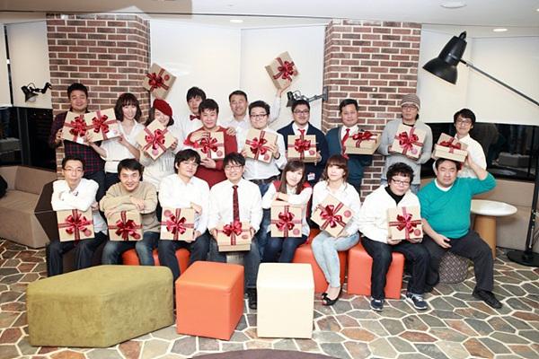 자신들을 위한 깜짝선물인 LG BOX를 든 채 좋아하는 더블로거들의 단체사진이다.