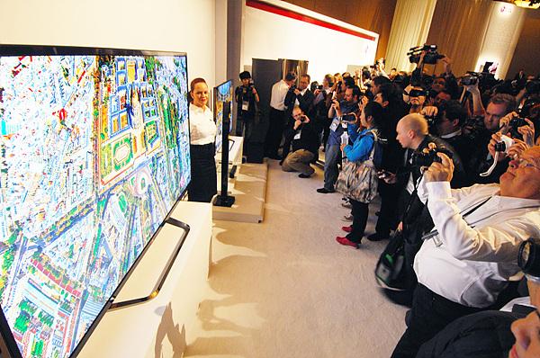 수 많은 관람객들이  84형 울트라HD TV를 관람하는 모습