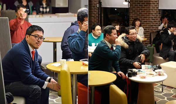 좌우로 두 장의 사진이 더블로거들이 즐거운 시간을 보내고 있는 모습을 보여준다.