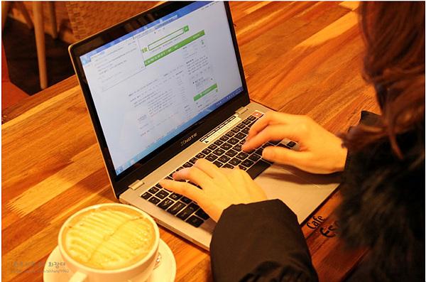 노트북 타자 치는 모습
