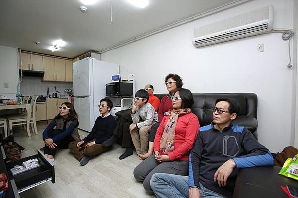 3D TV 보고있는 가족들