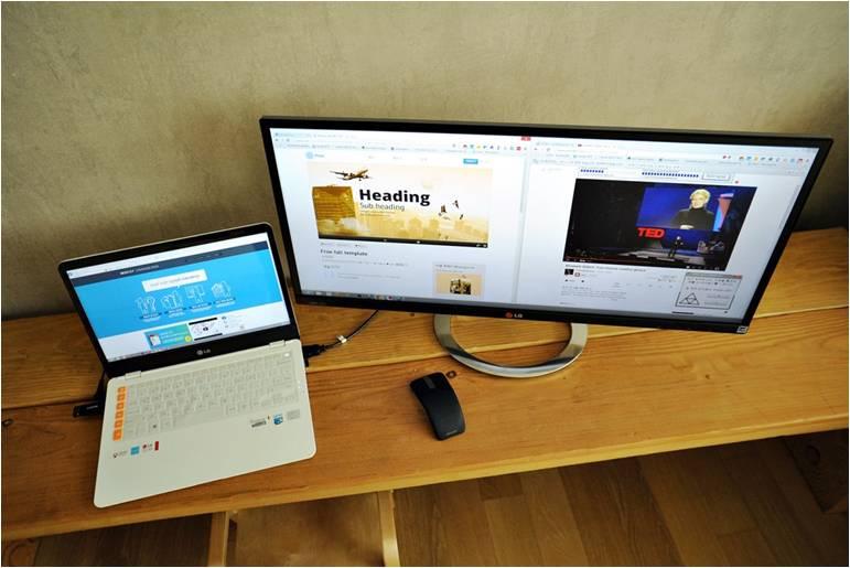 LG전자 노트북과 파노라마 모니터가 책상 위에 놓여 있는 모습
