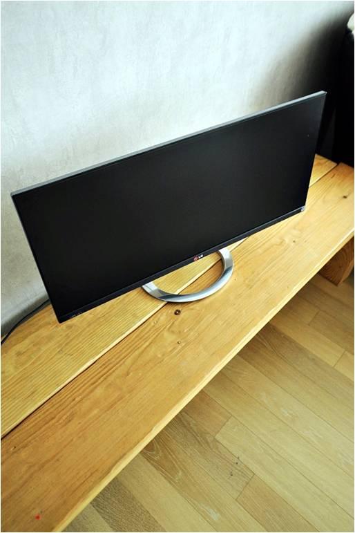LG전자 파노라마 모니터가 장 위에 놓여 있는 모습