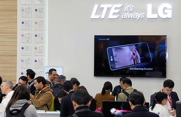 LTE 특허 Wall 앞에서 외신기자들에게 UX 소개