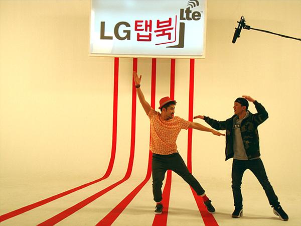 LG탭북이라는 로고가 보이는 세트장 안에서 안무가에게 토글댄스를 배우고 있는 노홍철씨의 모습이다
