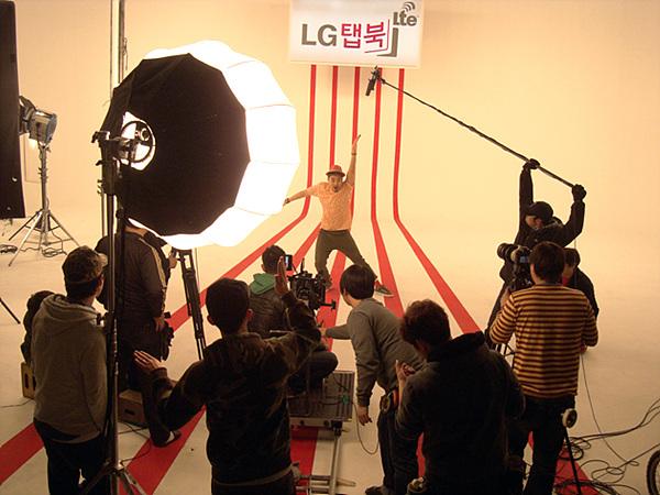토글댄스를 추고잇는 노홍철씨를 촬영하는 광고 제작자들의 뒷모습이 보인다