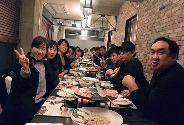 강의와 실습이 다 끝나고 더블로거들이 모여 저녁식사를 하고 있는 장면의 사진이다. 중앙의 긴 테이블 위에 피자가 여러 군데 놓여있고 테이블 양쪽으로 3월 정기모임에 참가한 블로거들이 보인다.