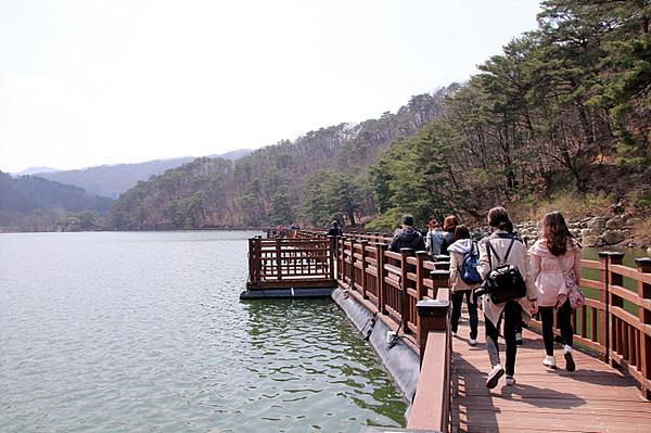 산정 호수 다리 위 산책