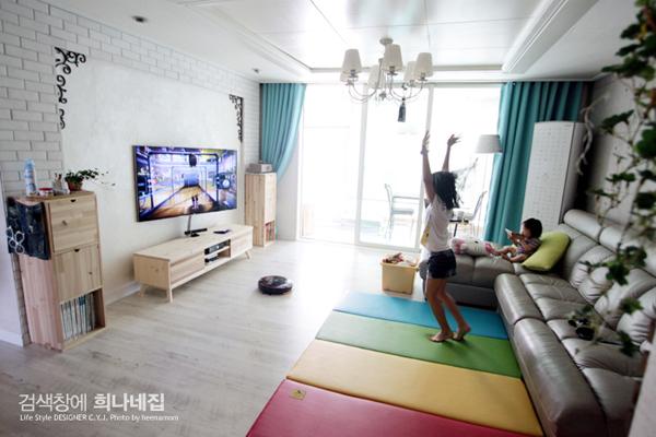 거실을 꽉 차지하던 TV, 액자처럼 활용하기