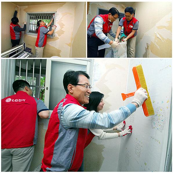 도배 중인 자원 봉사단