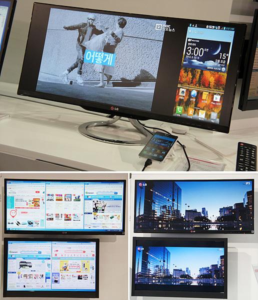 부스 안에 LG 파노라마 모니터가 설치되어 있다. 일반 모니터를 함께 갖다놓아 LG 파노라마 모니터의 넓은 길이감이 돋보이고 있다.