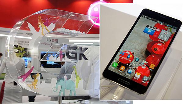 전시부스에 5인치 풀HD 스마트폰인 옵티머스 GK가 전시되어 있는 모습이다.