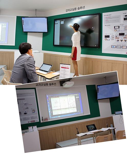 전시부스를 교실처럼 꾸미고, 모델이 쌍방향 교육을 지원하는 솔루션을 설명하고 있다.