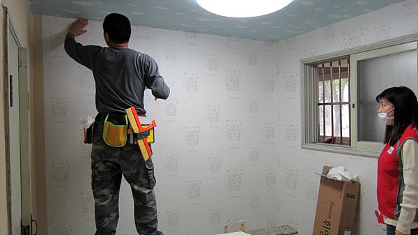 도배가 완성되어가는 벽