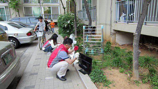 아파트 밖에서 작업 중인 봉사단원들