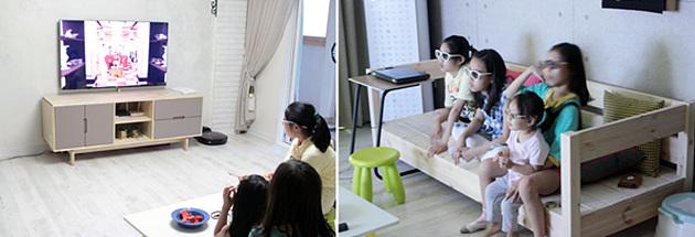 집에서 3D TV로 3D 애니메이션을 관람 중인 아이들