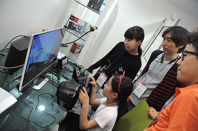 행사장 내 전시제품을 체험하는 아이들